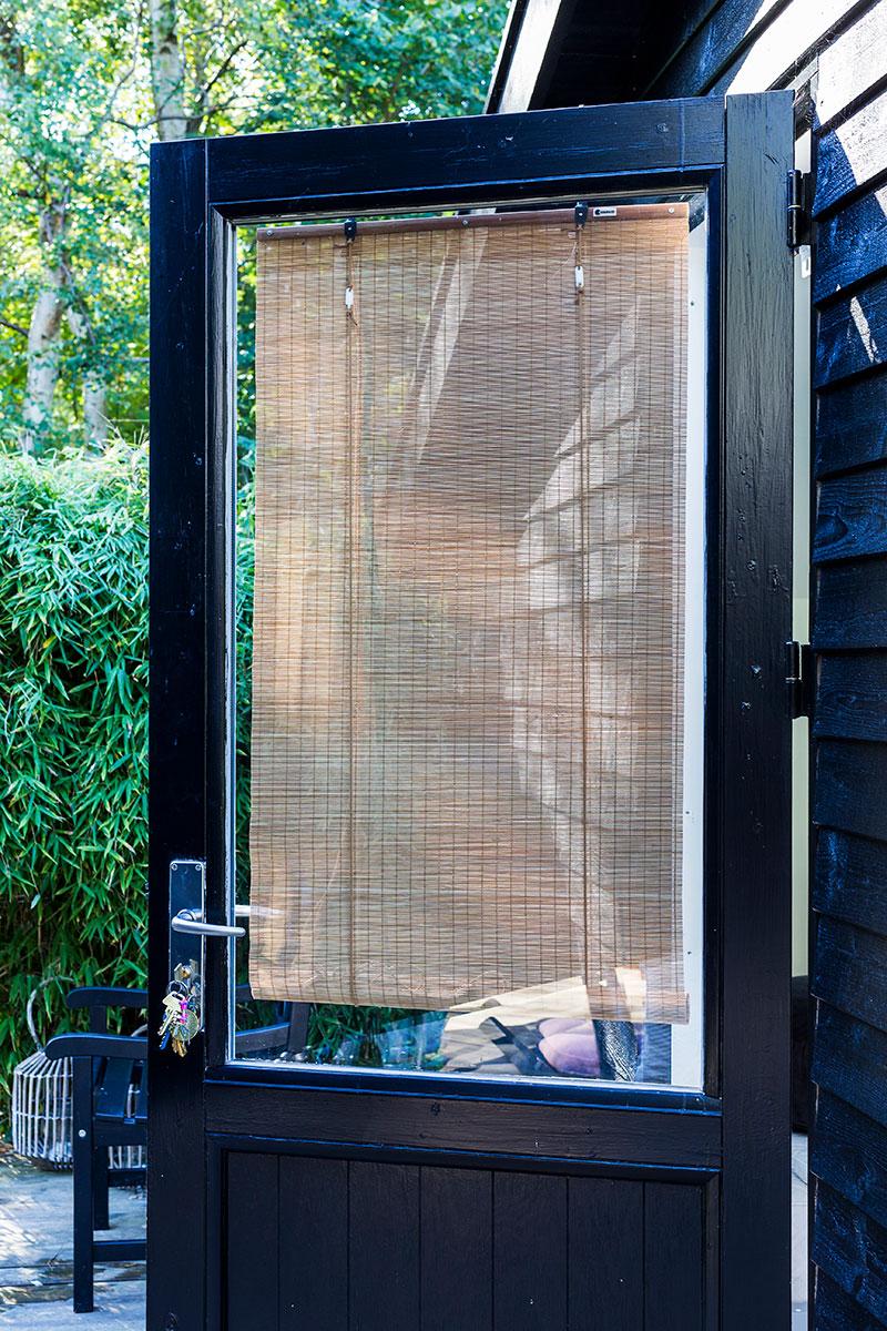 Fin brun bambus rullegardin. Fint, let og elegant rullegardin. Rullegardin med fint lysindfald og varme. Rullegardin på mål. Rullegardin til dør.