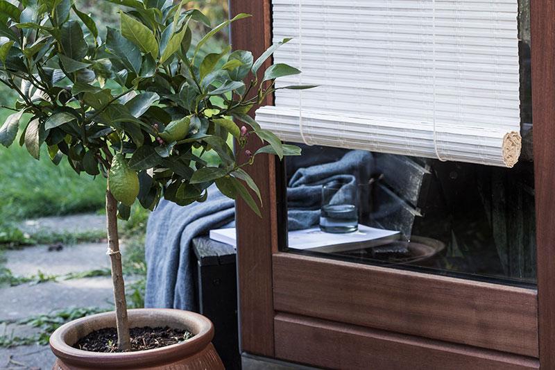 Hvidt bambus rullegardin. Rullegardin foran dør.