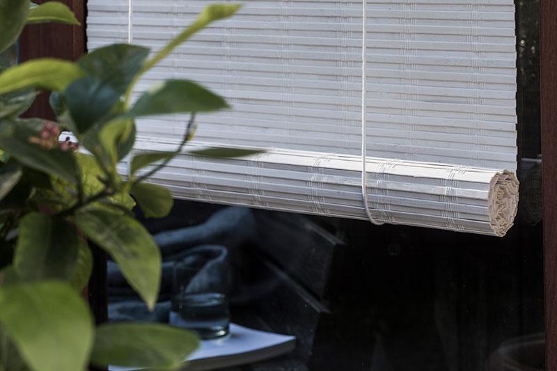 Hvid malet bambus rullegardin. Hvide rullegardiner.
