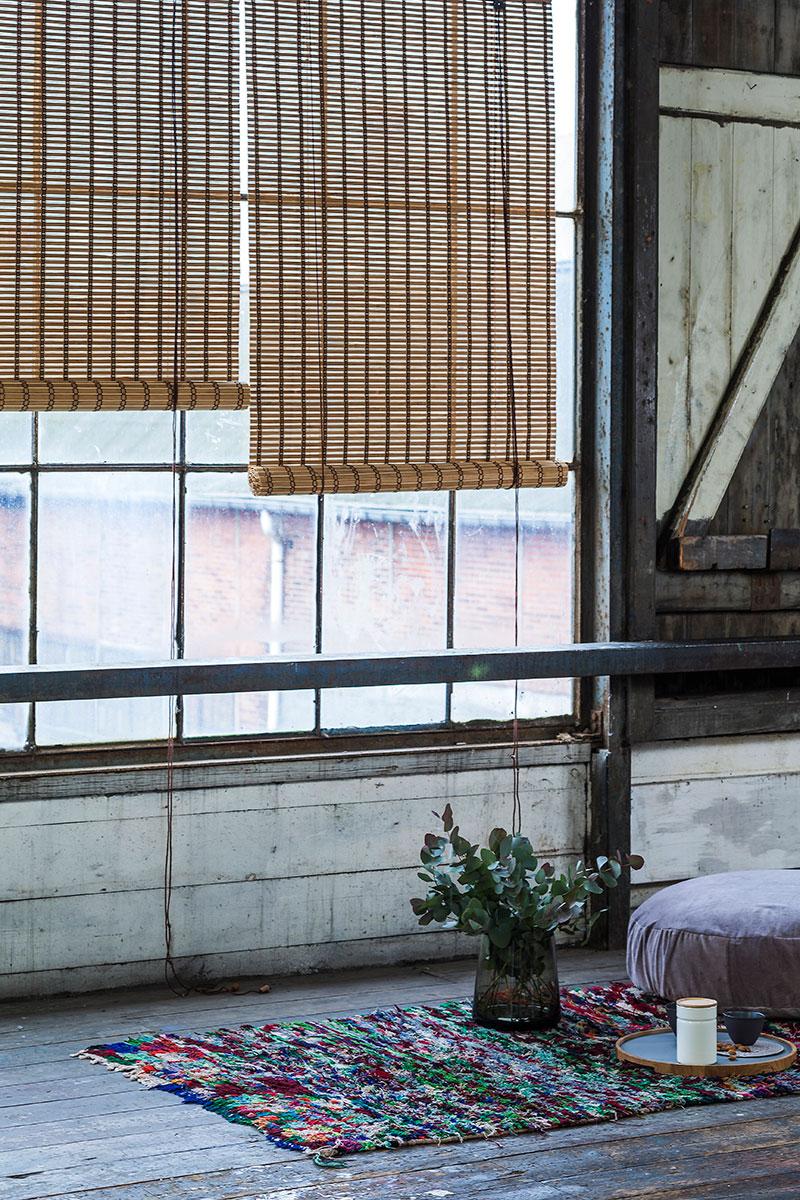 Natur bambus rullegardin. Gennemfarvet ved opvarmning uden brug af maling.
