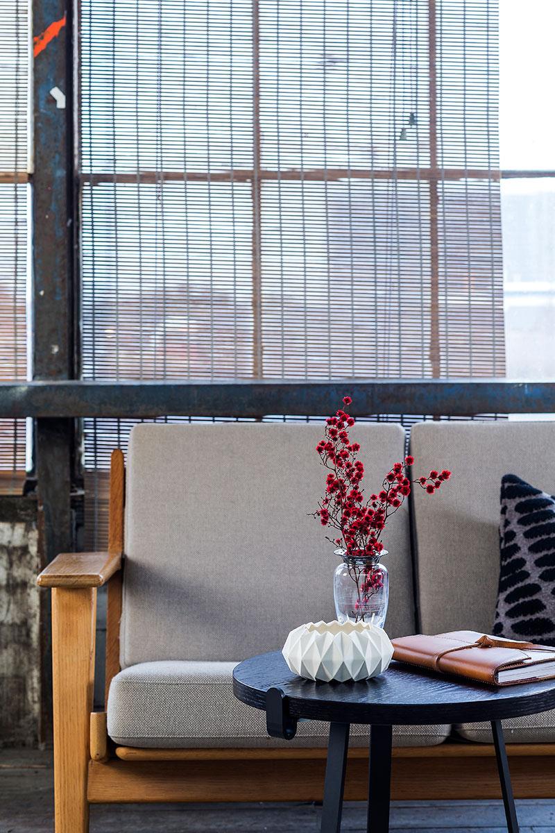 Brunt natur bambus rullegardin ved store vinduer samt med sofa.