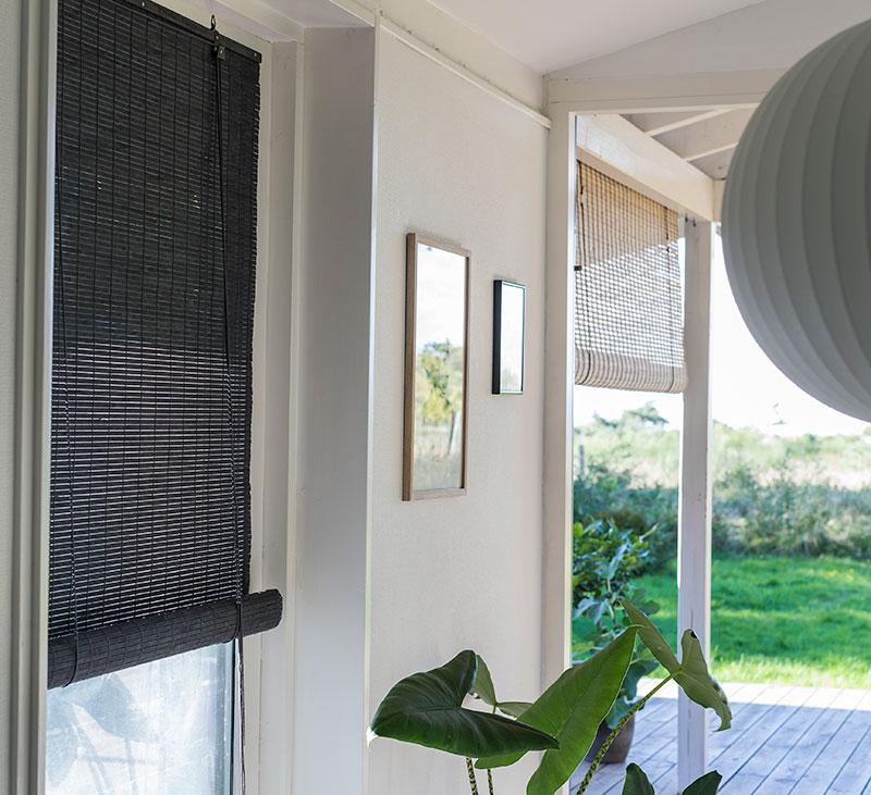 Mørkegrå malet bambus rullegardin.