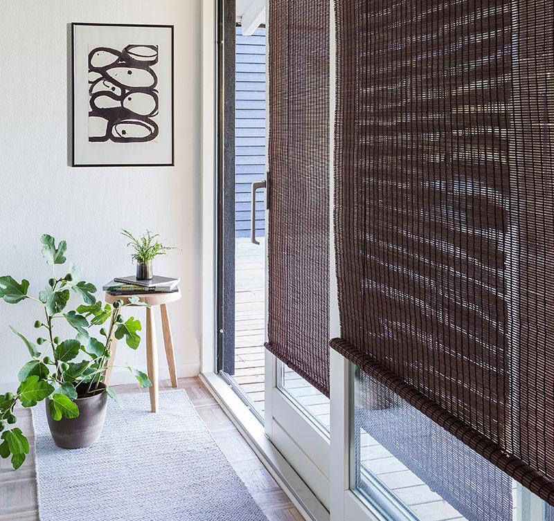Rullegardin i mørke brun bejdset bambus.