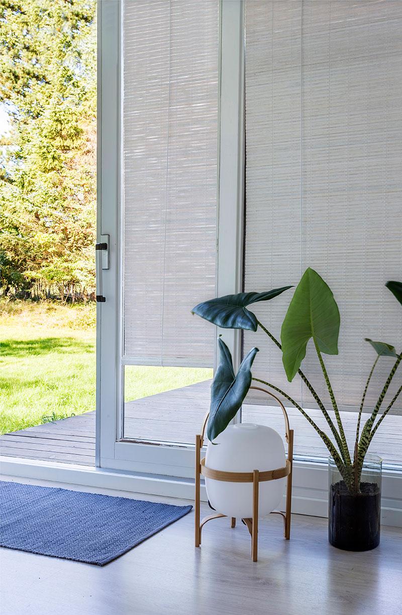 Hvid malet bambus rullegardin. Rullegardin soveværelse.