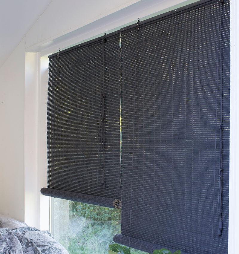 Mørkegrå malet bambus rullegardin. Rullegardin i grå flot til den nordiske stil.